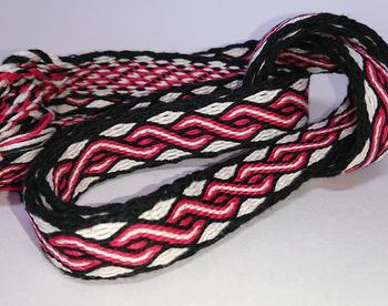 カード織りのベルトは、腰に巻くだけでなく、バッグのベルトにしたり、洋服の縁取りにしたり、使い方いろいろ。そのまま飾ってもきれいです。