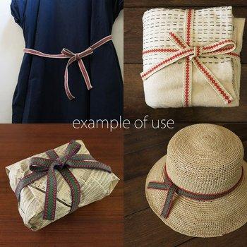 カード織りで織り上げたひもは、大切なものを包むときなどにも活躍します。ラッピングとしてもおすすめ。また、右下の写真のように、帽子の飾りとしてひもを活用する方法も。