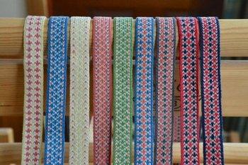 カードの枚数、カードの穴の数、穴に通す糸の色、カードの回転の向きなどを変えることで、様々な模様を織り上げることができます。  (画像:©️いとだま)