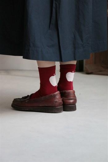 赤みを含んだブラウンのローファーと真っ赤な靴下。後ろを振り返るとリンゴ模様に♪シンプルになりがちな単色カラーの靴下もユニークなデザインで遊び心をプラスするとgoodです。