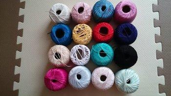 糸は、豊富なカラーバリエーションからデザインと配色を考えながら選びましょう。こちらは、インド綿のレース糸。糸の素材もお好みで。毛糸などで編んだ温かい質感も可愛いですよ。