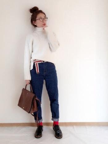 ネイビーのデニムと対照的な真っ赤な靴下は、遊び心のあるコーデに仕上げてくれます。