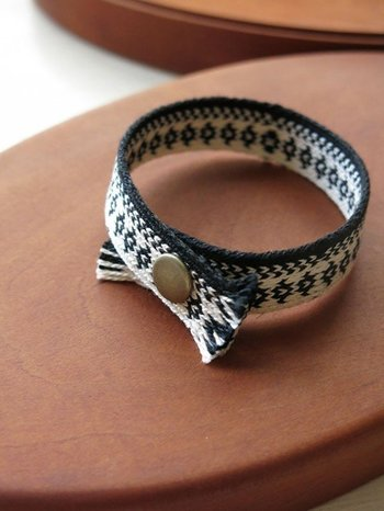 カード織りのブレスレットもおしゃれですね。コットン(フランス製刺繍糸)は肌ざわりが優しく、ホックでつけはずしも簡単。バッグチャームとしても使えます。
