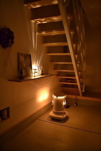 窓からこぼれる炎の灯りも、まるで間接照明のように素敵ですね。