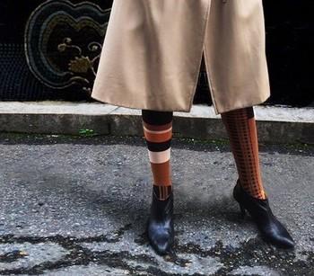 どんな洋服にもマッチする黒のショートブーツ。マンネリ化を防ぐならカラフルなタイツやハイソックスの靴下で、いつもとは違ったコーデに挑戦してみましょう。一気にモダンなスタイリングに変身しますよ。