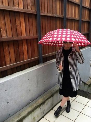 柄同士の組み合わせも、コーディネートをモノトーンコーデでまとめれば、鮮やかな赤の傘とバランスの良いコントラストを作ります。