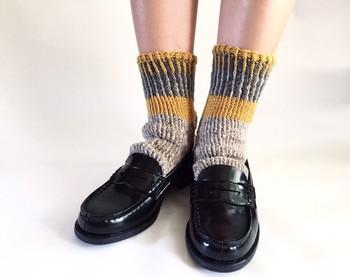ざっくりとした厚手の靴下は、ナチュラルな雰囲気のコーデに仕上がります。カッチリとしたスタイリングになりやすいローファーも、靴下次第で手軽に印象を変えられますよ。