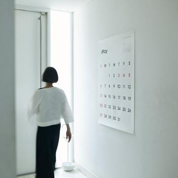 インパクトのあるビッグサイズのカレンダー。めくるタイプではなく、1枚ずつ独立しています。毎年変わる書体にファンが多いカレンダーです。