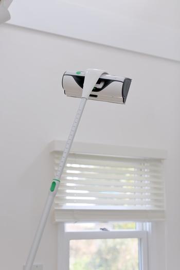 コーボルトのウィンドウクリーナーはひと拭きで窓がぴかぴかになるという窓用の掃除機です。長い柄がついているので、手の届かないエリアもすっきりとさせることができます。
