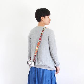 こちらは、ファブリック調のカメラストラップ。カード織りのバンドを使えば、こんなイメージになります。可愛いですね。ファッションアイテムのひとつになりそう。