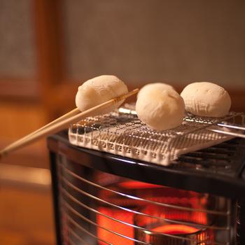 ストーブの上は簡単なコンロ代わりに。お正月のお餅を焼く時にも便利ですね。