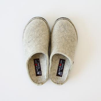 人間工学に基づいて作られた100%フェルトで作られるルームシューズは、スリッパというよりははき心地の良い靴を履いているような安定感があります。