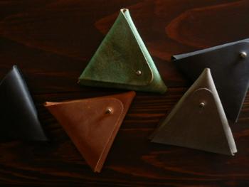 三角形&手のひらサイズのコインケース。とんがり効果でポケットにも入れやすくなっています。ちょっとそこまでのお買い物やメインのお財布のあわせ使いにも便利です。ちょっと渋めカラーがありそうでなかったですよね!