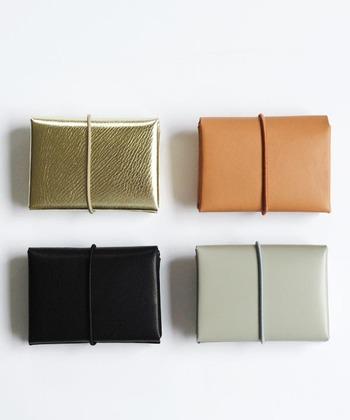 10.5cm×7.5cmの小ぶりな2つ折り財布はなんと縫製が一切されていないというユニークなデザイン。