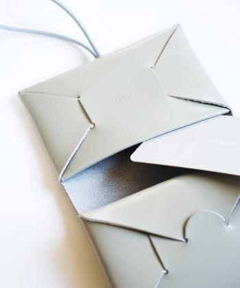 まるで折り紙のように革が重なり合い、お財布を形作っています。小銭収納部分は硬貨がばらばらにならないように、カードやお札収納部分はさっと取り出せるようなデザインで、機能性もしっかり考えられてつくられています。MADE IN JAPANならではの細部までていねいな作りが嬉しいですね。