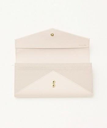 カード入れは全部で10箇所、レシートなどを入れる大きなポケットやファスナー付きの小銭入れ、その他にもフリーポケットが付いていて、お財布の背面もポケット付きという、頼もしい収納力が魅力です。