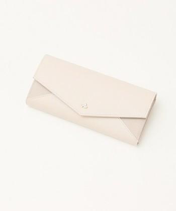封筒のような美しいバイカラーのデザインは女性らしい色合いが素敵です。真ん中のキラリと光るスワロフスキーのボタンもワンポイントに。