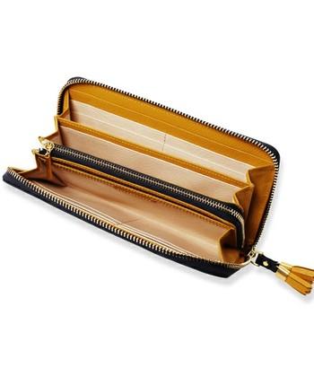 ジッパーを開くとカードポケットだけでなくいろんな仕切りがいっぱい!自分で使いやすいようにカード類の収納場所を決めておけばお会計時もスマートにこなせます。周囲がぐるっとジッパーで囲まれているので、バッグの中でお財布の中身がこぼれおちてしまう心配もありません。