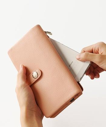 今やちょっとしたお出かけに、スマホ&お財布のコンビで持ち歩く方がほとんどですよね。そんな時に頼もしいのがぜーんぶまとめて収納できちゃうスマホ財布。