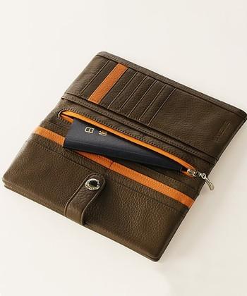 スマホだけでなくパスポートも楽々入るサイズなので貴重品をまとめてコンパクトに持ち歩きたい、旅行時にもとっても便利。スマホ財布自体は少し厚みが出てしまいますが、まとめて持つことでバッグの中はすっきりするはず。