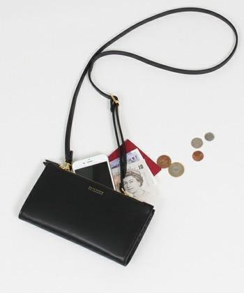 こちらのスマホ財布はショルダーストラップもついているので斜めがけができます。移動中に両手があくのは便利ですね♪