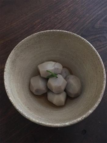 小さめの里芋、「小芋」を使った炊いたんのレシピ。お出汁を活かした淡い味付けなので、から揚げやとも和えとしてアレンジしても楽しめますよ。