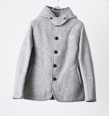 当時はカバーオールやブルゾン、ジャケットなどの作業着から、料理人向けのジャケットやパンツ、ガーデニング用のエプロンなどを主に製造していました。 現在ではジャケットやコート、パンツ、シャツ、バッグまで幅広く展開しており、ワークウエアだけに留まらず、ユニセックスで楽しめるカジュアルウェアを発信しています。