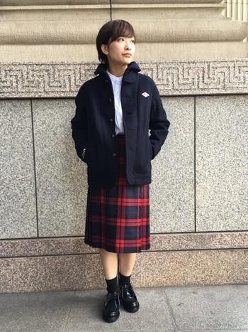 程よい細身のダントンのジャケット。チェックのキルトスカートの赤が可愛らしく生えます。