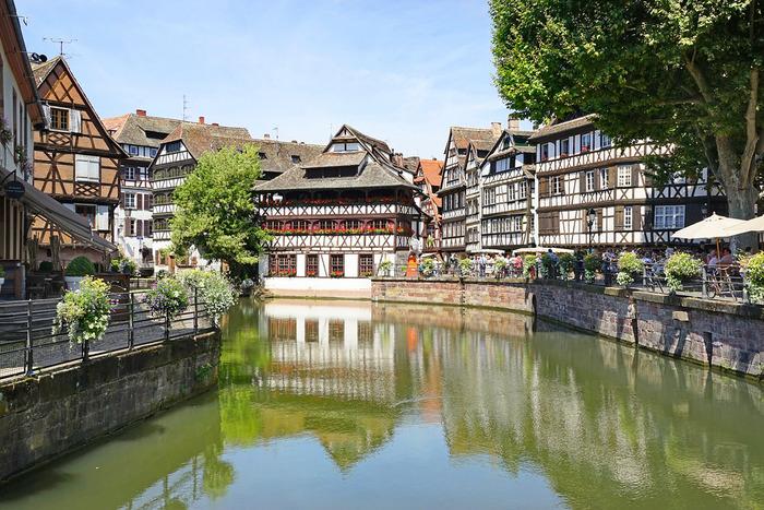 プティット・フランス地区には、ドイツ文化とフランス文化が入り混じったアルザス地方特有の漆喰壁と木骨組の家々が軒を連ねています。静かな水路と、可愛らしい民家が織りなし、プティット・フランス地区に一歩足を踏み入れると、まるでおとぎ話に迷い込んだかのような錯覚を感じます。