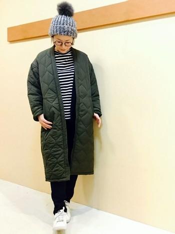 衿とボタンがない、ガウンタイプのキルティングコート。サラッと羽織れば、イージーな装いもグッとハンサムな趣に転びます。