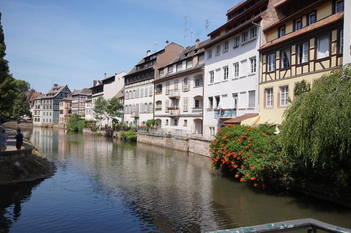 フランス北東部に位置するアルザス地方の中心地でもあるストラスブールは、2000年以上もの歴史を持つ古い街です。