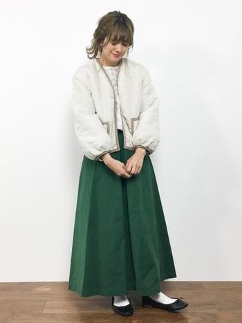 丸みのあるシルエットとソフトなカラーリング。そんなデザインであれば、キルティングコートもどこか可憐なイメージに。