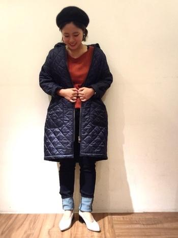 あらゆる色と相性が良く、かつ爽やかに印象づくネイビーのキルティングコート。光沢のあるタイプなら、高級感も醸せます。
