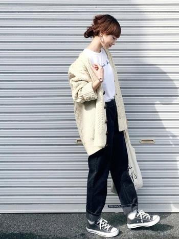 パンツの裾をクルッと折り返し、コーデ全体のバランスを調整。デニムっぽさが増しつつも、コーデュロイならではの光沢が、着こなしに立体感を呼び込みます。