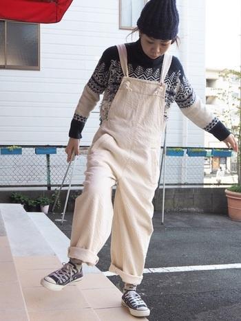 懐かしさが香るノルディック柄のセーターは、とことん元気に着るのが気分!真っ白なサロペットで、清潔感のあるボーイッシュスタイルに。