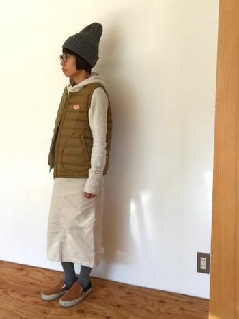 ホワイトが持つピュアさを損なわないよう、ベージュやグレーなど、着こなしの邪魔をしない馴染ませカラーでスタイリング。アイテム一つ一つの明度が高いので、着姿も軽快に仕上がります。