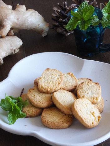 生姜はみじん切りを使い、ビニール袋の中で混ぜてしまう斬新なクッキーレシピ!型抜きも不要でスライスして焼くだけなので簡単です。お好みで生姜の量を調節してみましょう。