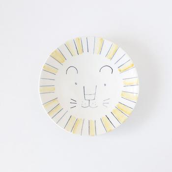 「KuSaFuNe」の「ライオンのお皿」は優しい色合いとイラストがほっこりと和む一枚。お料理を乗せると隠れてしまうから、ぜひ飾って楽しみたい。