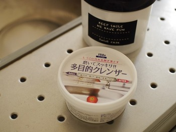 100円ショップセリアで購入できる多目的クレンザーは、キッチンシンクの水垢やカルキ汚れを落とすのにぴったりなアイテム。普段さっと拭くだけでキッチン掃除を終わりにしていると、意外と白い水垢が残ってしまいがちです。