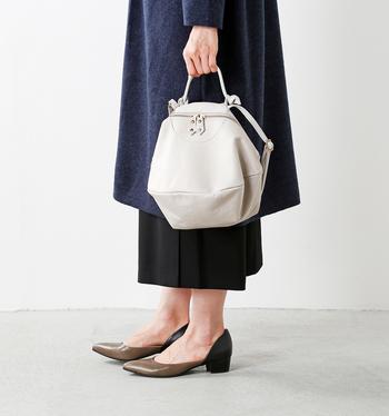 こんな風にハンドバッグとしても持っても素敵。上品で女性らしい雰囲気になり、お呼ばれスタイルにもより馴染んでくれます。ブラックドレスのようなシックな装いに華やかさをプラスしてくれる明るめカラーのレザーバッグはひとつあると重宝しますよ。