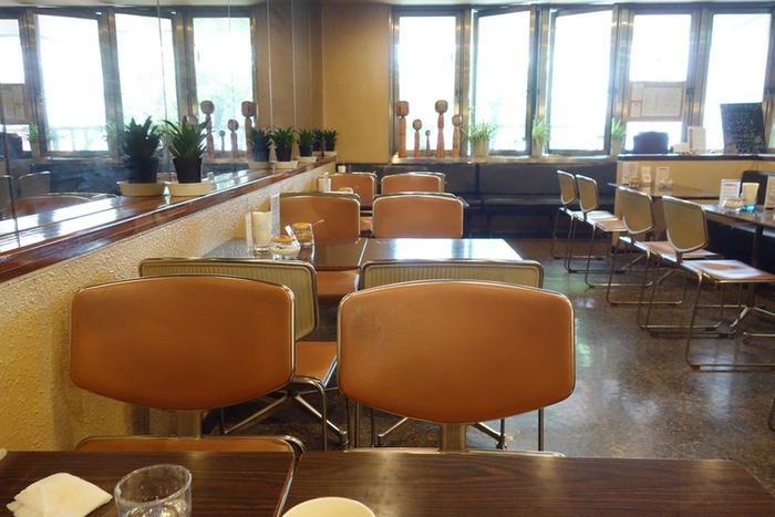 店内は、昭和の香りが漂うレトロな雰囲気。1949年創業の老舗ということもあり、親子代々のファンも多いのだとか。
