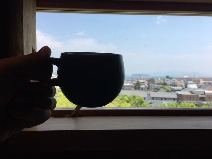 特等席はなんといっても眺望が素敵な二階のカウンター席です。  カウンター席の窓からは瀬戸内海と児島の町並みが望めます。美味しいコーヒーを飲みながら眺望を楽しめる贅沢な時間は、誰もが癒されること間違いありません。