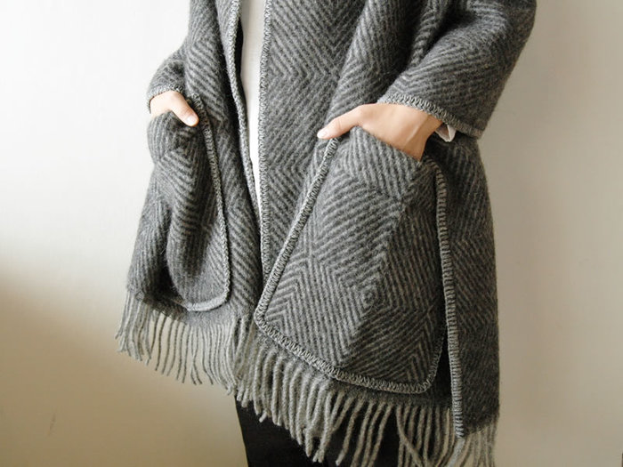 大きなポケットがついたブランケットショール。お部屋で羽織るのはもちろん、ちょっとした外出にもおしゃれなデザインです。