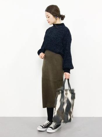 それだけで温かみを感じさせるニットスカート。手元にファーバッグを配すれば、さらにこの時期らしいウィンタースタイルが完成します。
