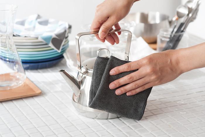 頑固な汚れも絡め取ってくれるというこちらのニットクロスは、なんと水だけで色々な場所の掃除をすることが可能。綺麗に汚れを落とすのが難しいステンレス製のキッチングッズにも、高い効果を発揮してくれます。