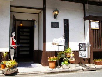 美観地区の一角にある「AVENUE(アベニュー)」は、1967年創業の老舗ジャズ喫茶&バー。  昼はジャズの名曲レコードが流れ、夜はほぼ毎日生ライブが行われています。50年にわたってジャズを発信し続けている名店です。入口に立つバニーガールがレトロな雰囲気。