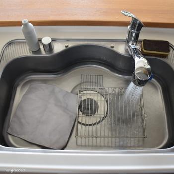 使い方はシンクに40~60℃のお湯を溜め、オキシクリーンを入れて1~2時間ほど放置するだけの簡単お掃除です。シンクの中には魚焼きグリルの網や布巾、水切りカゴなどを一緒に入れてもOKなので、キレイにしたいものは一緒にオキシ漬けしちゃいましょう。