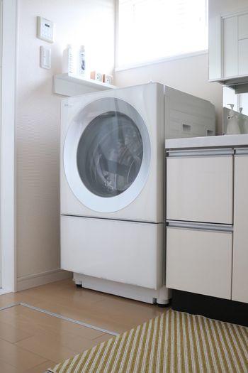 過炭酸ナトリウムをお湯と一緒に入れて、3、4分洗濯機を動かし、あとは6時間程度放置し、すすげば黒カビを撃退することができます。過炭酸ナトリウムは40度以上のお湯で漂白効果が高まるので、洗濯機の耐熱温度に注意してお湯を使用するようにしましょう。