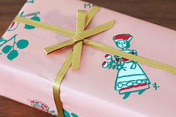 「マッターホーン」の看板と同じイラストと、バラが描かれたピンクの包装紙。手土産にもピッタリのかわいらしさです。