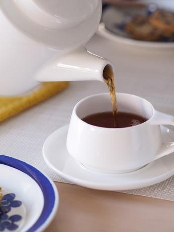 白いカップの内側にうっすらと残る茶渋は、過炭酸ナトリウムを洗剤代わりにして洗ってあげるときれいになります。